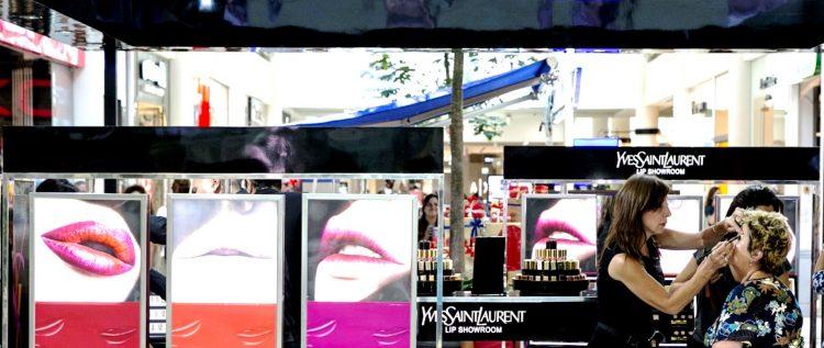 מתחם שפתיים סן לורן  | צילום ערן לם